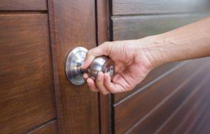 Comment ouvrir une porte sans bouton